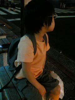バスを待つ。